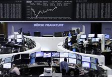 Operadores trabajando en la Bolsa de Fráncfort, Alemania, 10 de agosto de 2015. Las bolsas europeas retrocedían el martes y los valores de automotrices y firmas de artículos de lujo exhibían los peores desempeños después de que China devaluó su moneda, el yuan. REUTERS/Staff/remote