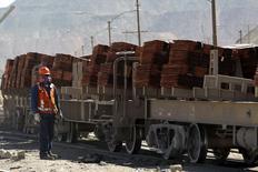 Un operador revisa un cargamento de cátodos de cobre en la mina Chuquicamata en Chile antes de su despacho a un puerto, abr 1 2011. Chile espera que su Producto Interno Bruto (PIB) crezca un 3,6 por ciento en el largo plazo y que el precio del cobre, la principal exportación de país, promedie 2,98 dólares por libra, informó el martes el Gobierno.  REUTERS/Ivan Alvarado