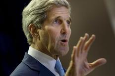 El secretario de Estado estadounidense, John Kerry, en una conferencia en Kuala Lumpur, ago 6 2015. Si Estados Unidos se aleja del acuerdo nuclear alcanzado con Irán el mes pasado en Viena y exige que sus aliados cumplan con las sanciones de Washington, el dólar pronto podría dejar de ser la moneda de reserva del mundo, dijo el jefe de la diplomacia estadounidense el lunes.   REUTERS/Brendan Smialowski/Pool