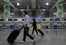 Passageiros andando no aeroporto Eleftherios Venizelos, em Atenas.  05/10/2011  REUTERS/Yiorgos Karahalis