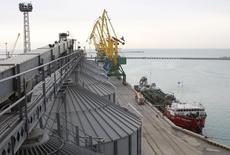 Зерновой терминал в порту Актау. 15 марта 2012 года. Казахстан, крупнейший производитель зерна в Центральной Азии, увеличил прогноз экспорта в новом маркетинговом году до 8,0 миллиона тонн с 7,0 миллиона, сообщил Минсельхоз в среду. REUTERS/Olga Yaroslavskaya