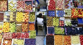 Прилавок с фруктами на рынке в Казани. 11 августа 2015 года. Индекс потребительских цен в РФ с 4 по 10 августа продемонстрировал нулевой рост, как и в предыдущие две недели, пока не оправдав надежды властей увидеть дефляцию в отдельные недели августа. REUTERS/Hannibal Hanschke