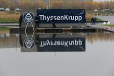 ThyssenKrupp a annoncé jeudi une hausse de plus d'un tiers de son bénéfice d'exploitation au troisième trimestre, porté par la performance de la sidérurgie européenne et de son segment ascenseurs. Le bénéfice d'exploitation ajusté a augmenté de 37% à 539 millions d'euros. /Photo d'archives/REUTERS/Wolfgang Rattay