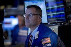 Трейдер на фондовой бирже в Нью-Йорке. 11 августа 2015 года. Американские фондовые индексы восстановились в среду и завершили торги практически без изменений после начавшегося вечером ралли, так как энергетические акции и бумаги Apple выросли, компенсировав опасения о замедлении в Китае. REUTERS/Brendan McDermid