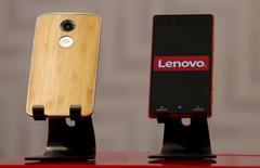 """Teléfonos inteligentes de Motorola con el logo de Lenovo son mostrados durante  una conferencia de prensa en Hong Kong, China, el 21 de mayo de 2015. Lenovo Group despedirá al 10 por ciento de su personal de oficina después de que las ventas de teléfonos móviles Motorola se redujeran un tercio, levantando nuevas dudas sobre la apuesta de la firma china por comprar una marca que supuestamente la  ayudaría a convertirse en líder mundial de los """"smartphones"""". REUTERS/Bobby Yip"""