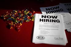Folletos en una mesa en una feria de empleos para militares veteranos, en Carson, California, 3 de octubre de 2014. El número de estadounidenses que solicitó nuevas solicitudes de beneficios por desempleo subió inesperadamente la semana pasada, pero la tendencia se mantuvo para destacar que el mercado laboral se está fortaleciendo. REUTERS/Lucy Nicholson