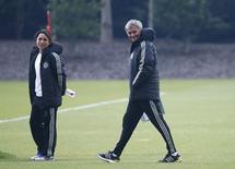 Técnico do Chelsea, José Mourinho, e a médica Eva Carneiro durante treino.  29/4/2014.    REUTERS/Eddie Keogh