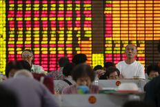 Inversores miran la pantalla de computadores que muestra la información de las acciones en una correduría en Shanghái, China, 13 de agosto de 2015. El índice referencial de las acciones que cotizan en Shanghái subió el viernes y anotó su mayor alza semanal en más de dos meses, luego de que se redujeron las preocupaciones sobre la depreciación del yuan. REUTERS/Aly Song