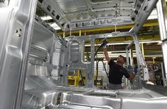 Un hombre en la fábrica de MAN en Munich el 30 de julio de 2015. El crecimiento económico de Alemania se aceleró en el segundo trimestre del 2015, pero menos que lo previsto, luego de que el comercio exterior actuó como apoyo y la inversión nacional frenó la expansión, dijo el viernes la Oficina Federal de Estadísticas. REUTERS/Michaela Rehle