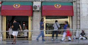 Loja decorada com bandeiras de Portugal em Lisboa.   31/08/2012    REUTERS/Jose Manuel Ribeiro