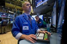 Operadores en la Bolsa de Nueva York, 11 de agosto de 2015. Las acciones en la bolsa de Nueva York cerraron con alzas el viernes tras datos alentadores de la economía estadounidense, y luego de que los ministros de Finanzas de la zona euro acordaron lanzar un tercer programa de rescate financiero para Grecia. REUTERS/Brendan McDermid