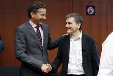 Presidente del Eurogrupo y ministro de Finanzas holandés, Jeroen Dijsselbloem (a la izquierda), saluda al ministro de Finanzas de Grecia, Euclid Tsakalotos (a la derecha), en el inicio de la reunión de ministros de finanzas de la zona euro en Bruselas, Bélgica, 14 de agosto de 2015.  REUTERS/Francois Lenoir