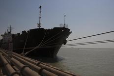 Irán espera aumentar sus exportaciones petroquímicas en más de una cuarta parte para finales de 2016, después de que se levanten las sanciones, según declaraciones citadas el sábado. En la imagen, un carguero atracado en el puerto Bandar Imam Khomeini, en la provincia de Khuzestan, más de mil kilómetros al suroeste de Teherán. 28 septiembre 2011. REUTERS/Raheb Homavandi