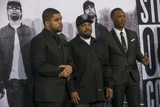 """Los miembros del elenco de """"Straight Outta Compton"""", en el estreno de la película, Los Angeles, 10 ago, 2015. Puede que la trama de """"Straight Outta Compton"""" ocurra hace más de dos décadas, pero sus temáticas de tensión racial, pobreza y brutalidad policial siguen cautivando al público en Norteamérica. REUTERS/Mario Anzuoni"""