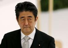 Primeiro-ministro do Japão, Shinzo Abe, durante cerimônia em Tóquio.  15/08/2015    REUTERS/Toru Hanai