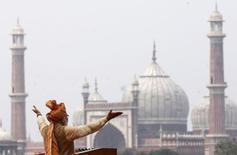 El primer ministro indio, Narendra Modi, en Nueva Delhi el 15 de agosto de 2015. India y la Unión Europea están tomando medidas para terminar una disputa comercial desatada por la prohibición europea de productos farmacéuticos indios a la que Nueva Delhi respondió cancelando las conversaciones de un acuerdo de libre comercio con su principal socio comercial, dijeron funcionarios. REUTERS/Adnan Abidi
