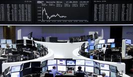 Operadores trabajando en la Bolsa de Fráncfort, Alemania, 17 de agosto de 2015. Las acciones europeas repuntaban el lunes desde la liquidación de la semana pasada y el dólar subía ante una mayor tranquilidad de los inversores por la estabilización del yuan chino. REUTERS/Staff/remote