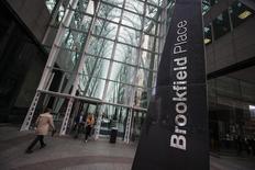 Personas caminan hacia la sede de Brookfield en Toronto, 7 de mayo de 2014. La firma canadiense Brookfield Infrastructure dijo que comprará Asciano Ltd, una empresa australiana que transporta mercancías por ferrocarril, por unos 12.000 millones de dólares australianos (8.840 millones de dólares). REUTERS/Mark Blinch