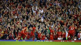 """Нападающий """"Ливерпуля"""" Кристиан Бентеке празднует гол в ворота """"Борнмута"""" в матче чемпионата Англии. 17 августа 2015 года. """"Ливерпуль"""" переиграл """"Борнмут"""" во втором туре английской Премьер-Лиги и присоединился к лидирующей группе.  Reuters / Darren Staples"""