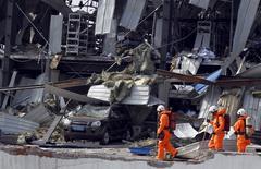 Bombeiros em meio a destroços após explosões em Tianjin, na China.   16/08/2015   REUTERS/China Daily