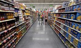 Покупатели в магазине Wal-Mart Neighborhood Market в Бентонвилле, Арканзас, 4 июня 2015 года. Крупнейший в мире ритейлер Wal-Mart Stores Inc отчитался во вторник о квартальной прибыли ниже ожиданий рынка и сократил прогноз на год, сославшись на инвестиции на персонал и слабую маржу фармацевтического бизнеса в США. REUTERS/Rick Wilking