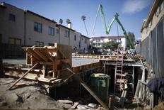 Personas trabajan en una construcción de apartamentos en Los Ángeles, California, 6 de febrero de 2015. Los inicios de construcciones de casas en Estados Unidos crecieron en julio a máximos en casi ocho años, debido a que los constructores incrementaron las edificaciones de viviendas unifamiliares, en el más reciente indicio de que la economía está mejorando en casi todos los frentes. REUTERS/Lucy Nicholson