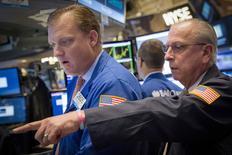 Operadores trabajando en la Bolsa de Nueva York, 13 de agosto de 2015. Wall Street bajaba el martes en la apertura de negocios, arrastrado por una caída del 6 por ciento en las acciones chinas y unos decepcionantes resultados trimestrales de Wal-Mart. REUTERS/Brendan McDermid