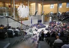 El ministro de Finanzas alemán, Wolfgang Schaeuble (centro), se dirige al parlamento, antes de la votación por el tercer paquete de rescate a Grecia, en Berlín, Alemania, 19 de agosto de 2015. Legisladores alemanes votaron el miércoles a favor del tercer programa de rescate para Grecia, pese a una rebelión en las filas del partido conservador de la canciller Angela Merkel que sugiere que la líder ya no podrá pedir al Parlamento que ayude nuevamente a Atenas. REUTERS/Axel Schmidt