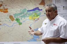 El presidente de PDVSA, Eulogio del Pino, habla frente a un mapa del cinturón del Orinoco, durante una reunión en el estado de Monagas, 16 de abril de 2015. El presidente de Venezuela, Nicolás Maduro, nombró el martes al presidente de la estatal Petróleos de Venezuela (PDVSA), Eulogio del Pino, como el nuevo ministro de Petróleo y Minería del país miembro de la OPEC. REUTERS/Carlos Garcia Rawlins