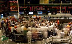 Operadores trabajando en la rueda de operaciones de la Bolsa de Valores de Sao Paulo, 8 de octubre de 2008. El principal índice de la bolsa brasileña caía con fuerza el miércoles, presionado principalmente por una baja de las acciones del sector financiero, en medio de las dudas en el mercado de que se mantengan una exención tributaria. REUTERS/Paulo Whitaker