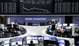 Operadores trabajando en la Bolsa de Fráncfort, Alemania, 19 de agosto de 2015. Las bolsas europeas cayeron con fuerza el miércoles, extendiendo la racha perdedora reciente después de que un dato de inflación en Estados Unidos respaldó las expectativas de un alza de tasas de interés, mientras que las acciones de la cervecería Carlsberg se derrumbaron tras recortar sus perspectivas. REUTERS/Staff/remote
