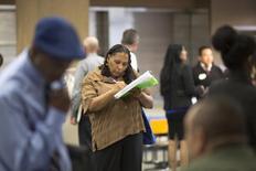 Mulher preenche ficha de emprego em Los Angeles, nos Estados Unidos, em junho. 04/04/2015 REUTERS/David McNew/Files