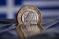 Монета 1 евро в Риме 9 июля 2015 года. Греция в четверг выплатила Европейскому центробанку 3,2 миллиарда евро ($3,56 миллиарда), погасив государственные облигации с истекшим сроком обращения при помощи средств первого денежного перевода из новой программы помощи, сообщил представитель правительства. REUTERS/Tony Gentile