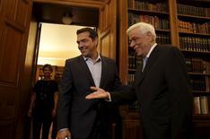 Alexis Tsipras reçu par le président grec Prokopis Pavlopoulios, à Athènes. in Athens, L'actuel Premier ministre grec, confronté à une fronde de l'aile gauche de son parti, a remis jeudi soir sa démission au président du pays et ouvert ainsi la voie à des élections législatives anticipées. /Photo prise le 20 août 2015/REUTERS/Alkis Konstantinidis