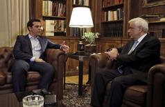 Premiê grego, Alexis Tsipras (à esquerda), é recebido pelo presidente grego, Prokopis Pavlopoulios, em Atenas, na Grécia, nesta quinta-feira. 20/08/2015 REUTERS/Alkis Konstantinidis