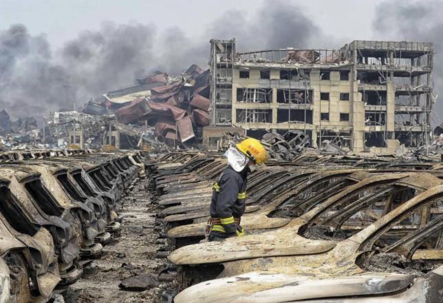 8月21日、中国天津市の大規模爆発事故が起きた現場の近くで4件の火災が新たに発生し、消防などが消火にあたっている。新華社が報じた。写真は天津で14日撮影(2015年 ロイター)