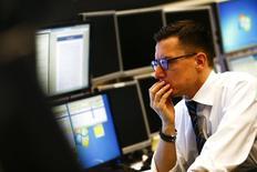 Трейдер на фондовой бирже во Франкфурте-на-Майне. 26 января 2015 года. Фонды, инвестирующие в российские акции, сократили активы почти на $111 миллионов, или на 0,34 процента от объема под управлением, за неделю к 19 августа, показав худший результат в регионе CEEMEA, свидетельствуют данные EPFR Global, на которые ссылаются аналитики ВТБ Капитала и Газпромбанка. REUTERS/Kai Pfaffenbach