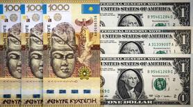 Купюры валюты доллар США и тенге в Алма-Ате 21 августа 2015 года. Жители Казахстана выплеснули в социальные сети недовольство девальвацией тенге, повлекшей рост цен. REUTERS/Shamil Zhumatov