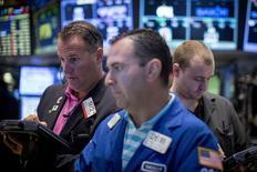 Operadores en la bolsa de Wall Street en Nueva York, ago 21 2015. El índice S&P 500 de la Bolsa de Nueva York sufrió el viernes su mayor caída porcentual diaria en casi cuatro años y el referencial Dow Jones entró en una corrección técnica, debido a las preocupaciones de los inversores por una desaceleración económica mundial, en especial en China. REUTERS/Brendan McDermid
