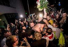 Экс-кандидат в президенты Белоруссии Николай Статкевич после освобождения из тюрьмы в Минске 22 августа 2015 года. Президент Белоруссии Александр Лукашенко, который 11 октября намерен переизбраться на пятый президентский срок, помиловал шестерых сидевших в тюрьмах оппозиционеров, которых Запад называл политическими заключенными и на чьем освобождении настаивал. REUTERS/Yauhen Yerchak