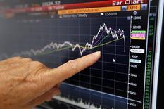 Un ejecutivo de ventas de Allianz Global Inverstors en París enseña con un dedo la caída en el valor de las acciones en la bolsa alemana, ago 24 2015. Las acciones europeas se derrumbaron el lunes tras el colapso más temprano de los mercados chinos, borrando cientos de miles de millones de euros al valor de los papeles líderes y hundiendo a uno de los índices referenciales a mínimos de siete meses.     REUTERS/Regis Duvignau