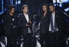 Niall Horan (2º da esquerda), do One Direction, segura premiação da Billboard em Las Vegas.  17/5/2015.    REUTERS/Mario Anzuoni