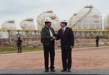 Los presidentes de Bolivia, Evo Morales (a la izquierda), y de Paraguay, Horacio Cartes, se saludan en la planta de gas de Yacuiba, al sur de La Paz, 24 de agosto de 2015. Bolivia inauguró el lunes una planta procesadora de gas licuado de petróleo que abastecerá en una primera etapa a sus vecinos Paraguay y Perú y que el Gobierno proyecta consolidar como uno de los tres mayores complejos de hidrocarburos de Sudamérica. REUTERS/Presidencia de Bolivia/Cortesía. ATENCIÓN EDITORES: ESTA IMAGEN FUE SUMINISTRADA POR UN TERCERO. SÓLO PARA USO EDITORIAL. NO PARA VENTA, MERCADEO O CAMPAÑAS DE PUBLICIDAD. ESTA FOTO ES DISTRIBUIDA EXACTAMENTE COMO FUE RECIBIDA POR REUTERS, COMO UN SERVICIO A LOS CLIENTES