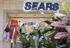 Customers walk into a Sears store at Fair Oaks Mall in Fairfax, Virginia, January 7, 2010.   REUTERS/Larry Downing