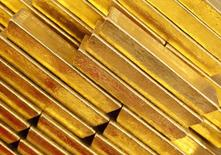Слитки золота в хранилище ЦБ Чехии в Праге. 16 апреля 2013 года. Золото дешевеет во вторник, так как мировые рынки взяли некоторую передышку после вчерашнего обвала, европейские фондовые индексы выросли более чем на 3 процента, а доллар поднялся с семимесячного минимума против евро и иены. REUTERS/Petr Josek