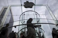 Customers enter the Apple store on 5th Avenue beneath an Apple logo in the Manhattan borough of New York City, July 21, 2015.  REUTERS/Mike Segar -