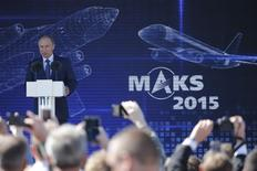 Vladimir Poutine inaugurant le salon aéronautique MAKS, près de Moscou. Le plus grand salon aéronautique de Russie, qui a ouvert ses portes mardi, devrait s'avérer décevant, la crise et les sanctions occidentales pesant lourdement sur les commandes d'avions. En revanche, la demande d'avions militaires est en plein essor et le salon biennal MAKS joue de plus en plus le rôle de vitrine de la puissance militaire du pays. /Photo prise le 25 août 2015/REUTERS/Maxim Shemetov