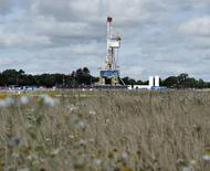 Буровая установка компании Total на месторождении сланцевого газа в Дании. 18 августа 2015 года. Цены на нефть держатся около минимума 6,5 лет, после того как центробанк Китая снизил процентные ставки, стараясь поддержать замедляющийся экономический рост. REUTERS/Henning Bagger/Scanpix Denmark