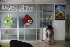 Una empleada en una oficina de Rovio en Shanghái el 20 de junio de 2012. La finlandesa Rovio, que produjo Angry Birds, la popular serie de videojuegos para dispositivos móviles, anticipa un descenso de sus ingresos este año y dijo que tiene previsto recortar su plantilla en más de una tercera parte, para centrarse en su negocio principal y salvaguardar su panorama a largo plazo. REUTERS/Aly Song