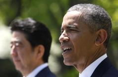 Foto de archivo del presidente de los Estados Unidos, Barack Obama (derecha), y el primer ministro de Japón, Shinzo Abe, durante una conferencia de prensa conjunta en la Casa Blanca, en Washington, 28 de abril de 2015. El presidente de Estados Unidos, Barack Obama, y el primer ministro de Japón, Shinzo Abe, sostuvieron el miércoles una conferencia telefónica sobre su compromiso de sellar lo más pronto posible el acuerdo de Asociación Trans-Pacífico (TPP), informó la Casa Blanca. REUTERS/Jonathan Ernst